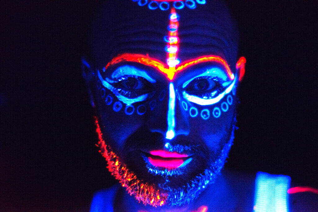 Bodypainting mit Neonfarben und Schwarzlicht fotografiert und bemalt von Indra Wegener