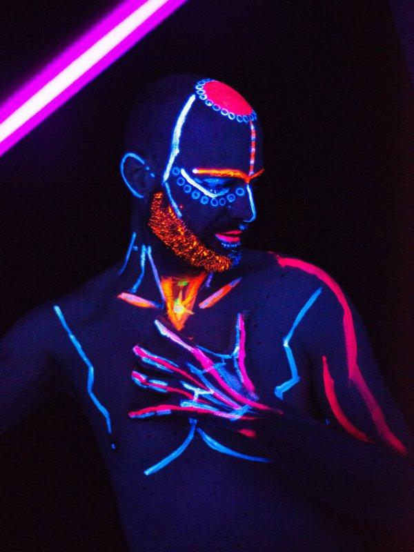 Bodypainting mit Neonfarben und Schwarzlicht fotografiert von Indra Wegener